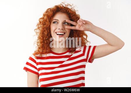 Close-up unbeschwert fröhlichen Rotschopf curly Frau blaue Augen Spaß Urlaub entspannend, Frieden Sieg Geste glücklicher Sieg Sommer reisen journe genießen - Stockfoto
