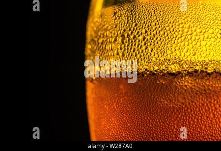Wassertropfen auf Glas Bier. Nahaufnahme auf schwarzem Hintergrund - Stockfoto