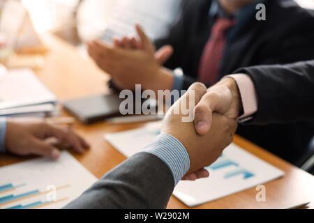 Geschäftsmann handshake Vereinbarung für Sie die Vorbereitung der Phrase in dem Versuch verwendet werden. Konzept der Business - Stockfoto
