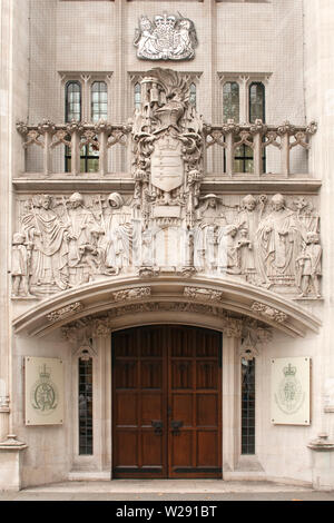 London, UK - Oktober 26,2014 - der Eingang vor dem Obersten Gericht in London, Westminster