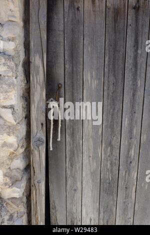 Plain Old Tür auseinander fällt im malerischen Dorf AFionis in den Hügeln von Korfu, - Stockfoto
