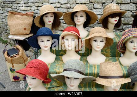 Stroh Hüte oder Raphia Hüte Hut Anzeige auf Dummy Staats- oder Mannequins am Marktstand Bonnieux Luberon Provence - Stockfoto