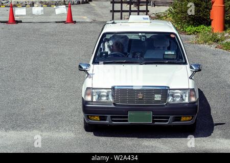 Weiß Retro japanischen Taxi Auto in Tokio. Taxifahrer sind Wartet auf Fahrgäste.