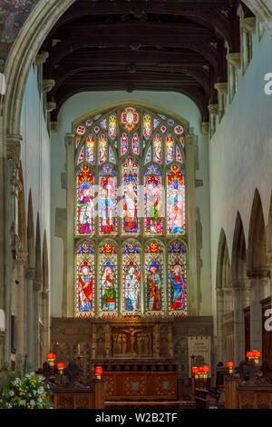 Bunte Glasfenster, Chor und Innenraum von St. Thomas Kirche in Salisbury, eine Kathedrale, Stadt in Wiltshire, England, Großbritannien - Stockfoto