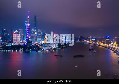 Skyline von Pudong über den Huangpu Fluss, Shanghai, China - Stockfoto