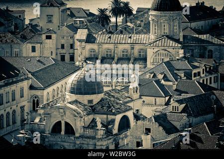 Kroatien, Dalmatien, Dubrovnik, Altstadt (Stari Grad) von der alten Stadtmauer, Kirche des Hl. Blasius (crkva Svetog Vlaha) links und Kathedrale der Himmelfahrt der Jungfrau Maria auf der rechten Seite - Stockfoto