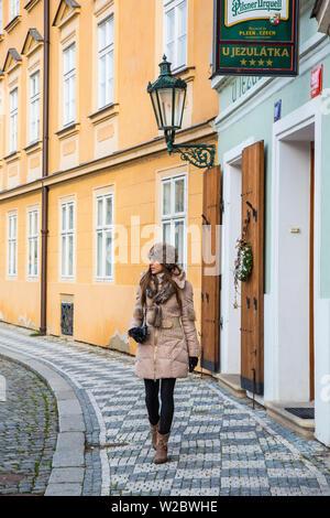 Junge Frau mit Kamera, Mala Strana, Prag, Tschechische Republik (MR) - Stockfoto