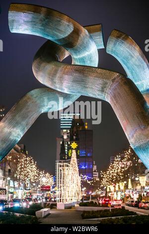 Deutschland, Berlin, Charlottenburg, Kurfurstendam, Berlin Skulptur von Brigitta und Martin Matschinsky mit Kaiser Wilhelm Gedächtniskirche im Hintergrund - Stockfoto