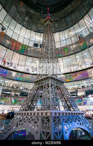 Deutschland, Berlin, Mitte, Friendrichstrasse, Galerien Lafayette mit Eiffelturm - Stockfoto
