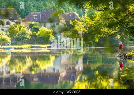 Mann bewundern Fluss Dordogne in Beaulieu Sur Dordogne, Correze, Limousin, Frankreich - Stockfoto