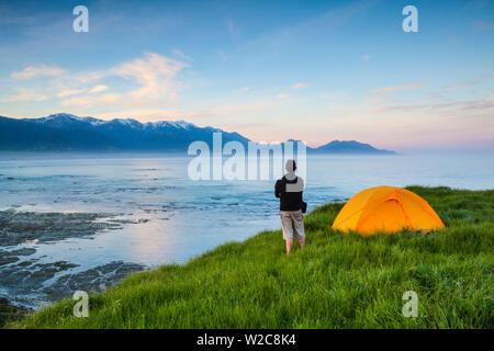 Erhöhte Blick über Kaikoura beleuchtet bei Sonnenuntergang, Kaikoura, Südinsel, Neuseeland - Stockfoto
