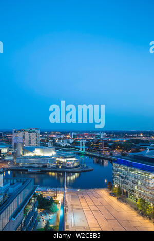 Vereinigtes Königreich, England, Greater Manchester, Manchester, Salford, Salford Quays Blick in Richtung der Lowry Theater, Millennium Bridge auch als Lowry Brücke und Old Trafford bekannt - Stockfoto
