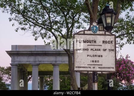 USA, Massachusetts, Plymouth, Plymouth Rock Gebäude mit Plymouth Rock, Denkmal bis zur Ankunft der ersten europäischen Siedler nach Massachusetts 1620, Dämmerung - Stockfoto