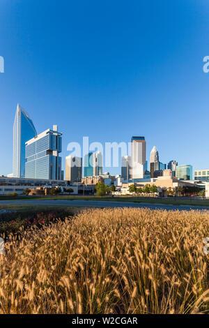 USA, North Carolina, Charlotte, Skyline der Stadt vom Westen - Stockfoto
