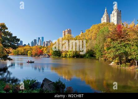 USA, New York City, Manhattan, den Central Park und die Gebäude entlang der Central Park West gesehen über den See im Herbst - Stockfoto