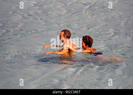 Porto Cervo, Sardinien, Italien. Ein paar Schwimmen im Meer. Foto: © Simon Grosset. Archiv: Bild von einem ursprünglichen Transparenz digitalisiert. - Stockfoto