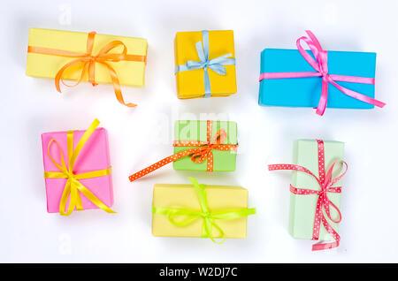 Bunte Geschenkboxen, Papier Konfetti und zwirbelte Partei Serpentine auf weißem Hintergrund mit Copyspace, Grußkarte und Party Einladung Vorlage des - Stockfoto