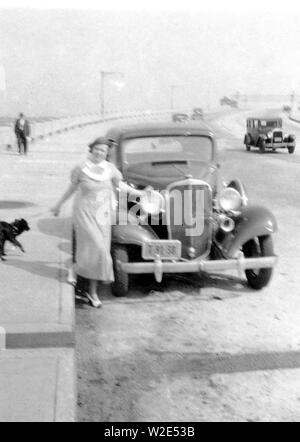 Portrait von Margaret Conklin, stehend neben Auto, New York City Ca. 1935-1950 - Stockfoto