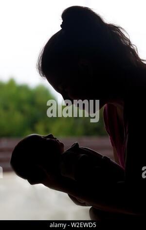 Neue aufgeregt Mutter ihr brandneues Baby kuscheln - Stockfoto