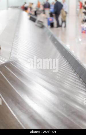 Gepäck tape am Flughafen in der Gepäckausgabe, unscharf. - Stockfoto