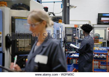 Maschinisten Bedienen von Maschinen im Werk - Stockfoto