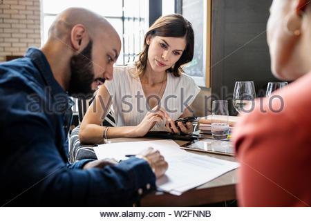 Geschäftsleute treffen im restaurant - Stockfoto