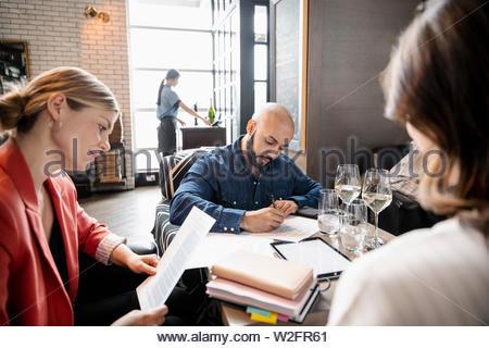 Geschäftsleute, die im restaurant - Stockfoto