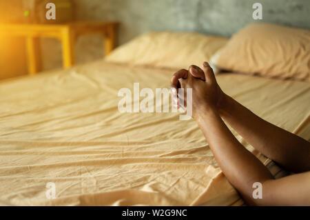 Christian Hände zum Gottesdienst für Gott mit Glück in seinem Schlafzimmer zu segnen. Eucharistie Therapie segne Gott helfen Buße katholischen Ostern Fastenzeit Verstand
