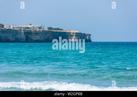 Salento, Meer und bezaubernden Strand. Die beiden Schwestern, Torre dell'Orso. Apulien, Italien - Stockfoto