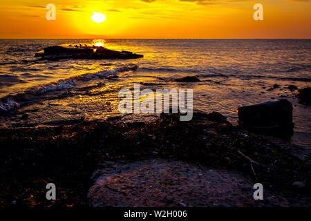 Blick auf schöne Horizont mit Riff über dem Meer am frühen Morgen. - Stockfoto