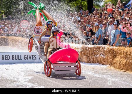Die Flitterwochen konkurrieren in der Red Bull Seifenkistenrennen 2019 an Alexandra Park, London, UK. Sprung über Rampe mit Menschen