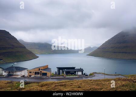 Häuser in Klaksvik mit Blick auf die Fjorde und Berge in den Färöer Inseln - Stockfoto