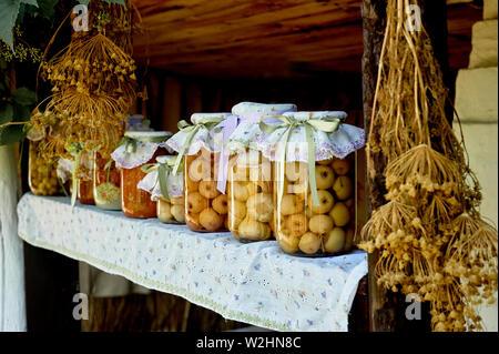 Erhaltung Salzen in großen Gläsern. Vorräte für den Winter. Konservierung von Obst und Gemüse für den Winter. Konserven in Gläsern. - Stockfoto
