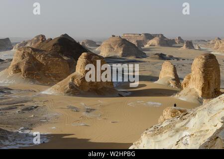 Ägypten, Farafra, Nationalpark Weiße Wüste, als Naqb Sillim-Pass von Treppen, durch Sand und Wind Erosion geformte Kalkstein und Kreidefelsen - Stockfoto