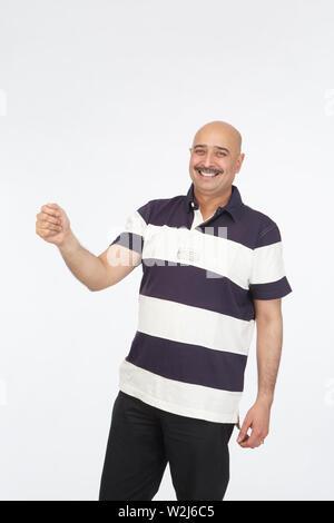 Porträt eines Mannes stehen und Lächeln - Stockfoto