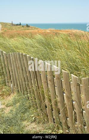 Holzzaun, hohes Gras, den Strand und das Meer. Schlichte Schönheit - Stockfoto