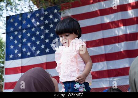 Muslimische Kind ist im Publikum begrüßt, dass die neue Bürger bei Einbürgerung Zeremonie am 4. Juli in Northampton Ma. - Stockfoto