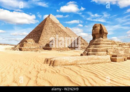 Blick auf die Große Sphinx und die Pyramiden in Gizeh. - Stockfoto