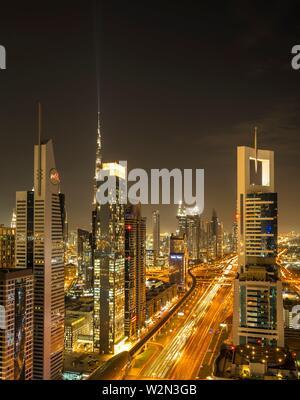 Blick auf die Skyline in der Dämmerung aus dem Financial District in Downtown Dubai, Vereinigte Arabische Emirate, Naher Osten.