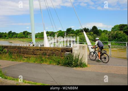 Die Millennium Bridge über den Fluss Lune in Lancaster (2001) für Fußgänger und Radfahrer - Stockfoto
