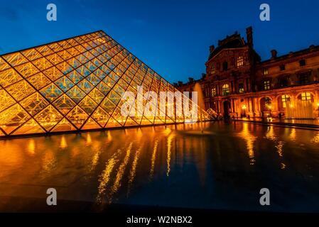 Der Louvre Pyramide (Pyramide du Louvre) ist eine große Pyramide aus Glas und Metall gestaltet von chinesisch-amerikanischen Architekten I.M.Pei, durch drei umgeben