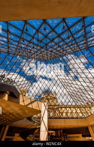 Im Inneren des Louvre Pyramide (Pyramide du Louvre. ) Es ist der Haupteingang zum Louvre Museum und ist eine große Pyramide aus Glas und Metall gestaltet von