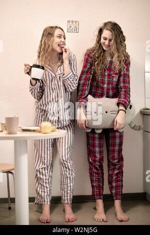 Zwei Freunde in pyjamas Tag beginnend in der Studentenwohnung, morgen - Stockfoto
