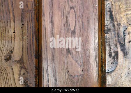 Textur eines alten braun Holzboden aus verwittertem Planken. Schöne Nahaufnahme des verwittertes Holz. Detaillierte makro Bild.