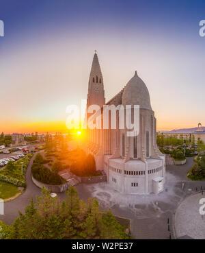 Mitternachtssonne, Kirche Hallgrimskirkja, Reykjavik, Island. Dieses Bild ist mit einer Drohne erschossen.