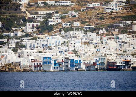 Mykonos, griechische Insel Mikonos, Teil der Kykladen, Griechenland. touristischen Hafen Wahrzeichen kleine Venedig ex Angeln am Wasser Häuser mit Balkonen h - Stockfoto