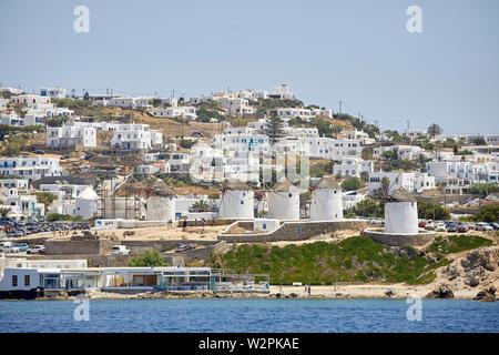 Mykonos, ˈMikonos griechische Insel, Teil der Kykladen, Griechenland. Wahrzeichen solo Windmühle im Hafen bei Sonnenuntergang - Stockfoto