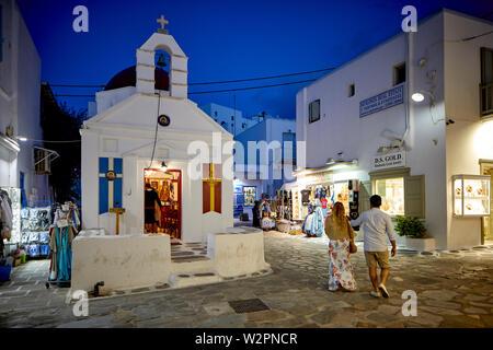 Mykonos, griechische Insel Mikonos, Teil der Kykladen, Griechenland. Αγία Κυριακή Agia Anna Kirche im Souk nachts ist die Gegend - Stockfoto