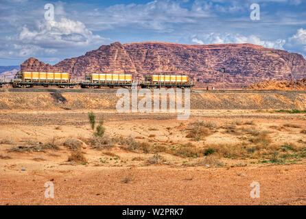 Lok Zug in Wadi Rum Wüste, Jordanien. Eisenbahn durch die Berge. Transport Thema. - Stockfoto