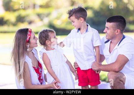 Glückliche Familie Spaß zusammen in den wunderschönen Park - Stockfoto